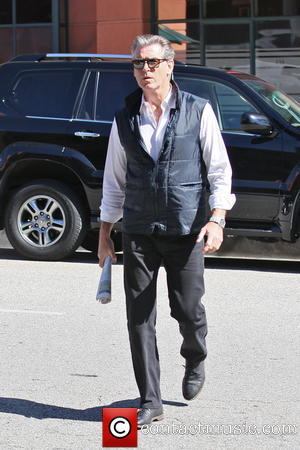 pierce-brosnan-pierce-brosnan-runs-errands_3549546